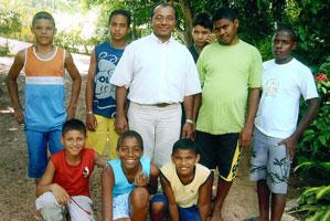 Pe. José Luiz de Menezes mit ehemaligen Straßenkindern
